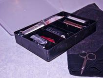 Tissu, fil, aiguilles et ciseaux Photographie stock libre de droits