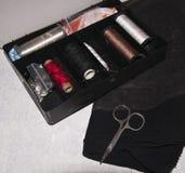Tissu, fil, aiguilles et ciseaux Images libres de droits