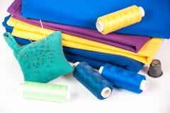 Tissu, fil et aiguille colorés Image libre de droits