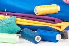 Tissu, fil et aiguille colorés Images stock