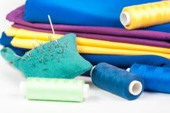 Tissu, fil et aiguille colorés Photo stock