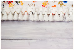 Tissu floral sur le fond en bois blanc Image stock