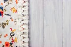 Tissu floral sur le fond en bois blanc Photographie stock libre de droits