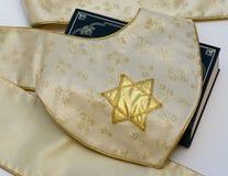 Tissu français de tapisserie d'étoile de David au-dessus de bible. photos stock
