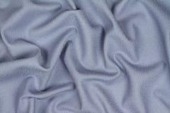 Tissu froissé chiffonné de laine bleu avec des vagues Images stock