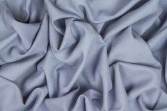 Tissu froissé chiffonné de laine bleu avec des vagues Photographie stock libre de droits