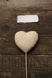Tissu gris de coeur sur un fond en bois foncé Image libre de droits