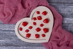 Tissu gris de planche de coeur en bois de texture de fond de jour de valentines photos stock