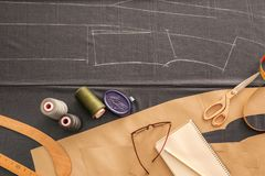 Tissu gris et accessoires de couture sur la table Photos libres de droits