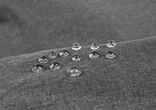 Tissu imperméable gris avec des waterdrops en gros plan Photographie stock