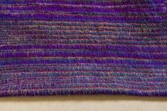 Tissu indien pourpre sur la texture blanche de fond Photo libre de droits