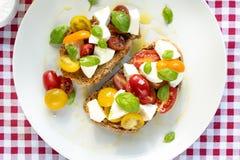 Tissu italien de rouge de déjeuner léger de fromage de tomate photo stock