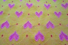 Tissu jaune avec des coeurs Photo stock