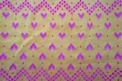 Tissu jaune avec des coeurs photos stock