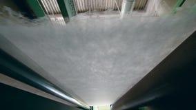 Tissu mince de sintepon se déplaçant sur la ligne industrielle à une usine clips vidéos