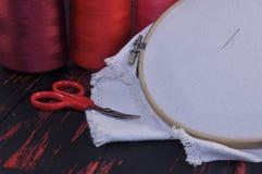 Tissu pour la broderie avec les fils rouges Photos libres de droits
