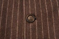 Tissu rayé classique avec le bouton brun Photographie stock libre de droits