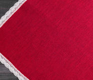 tissu rouge avec la dentelle faite main tissée par toile blanche Photographie stock