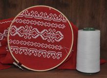 Tissu rouge avec le modèle de broderie Photos libres de droits