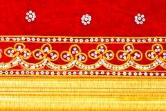 Tissu rouge, brodé et trame en bois d'or Images libres de droits