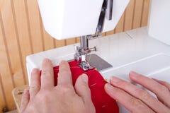 Couture sur la machine à coudre images libres de droits