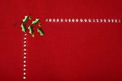 Tissu rouge de Noël brodé avec l'instruction-macro de houx Photographie stock libre de droits