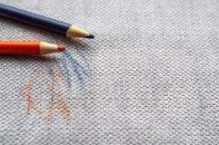 Tissu tiré sur le divan avec les crayons colorés Tissu de meubles Concept de nettoyage image libre de droits