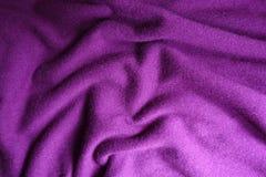 Tissu tricoté de laine violet lumineux plié image stock