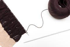 Tissu tricoté sur le fond neutre Photographie stock libre de droits