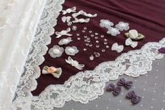 Tissu, tull de lingerie et différents approvisionnements de couture Photographie stock