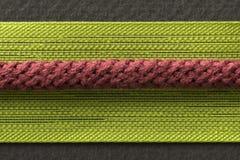 Tissu vert de fils de synthétique et fin rouge de macro de ficelle  Image stock