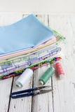 Tissus, ciseaux et fil de pile Photos stock