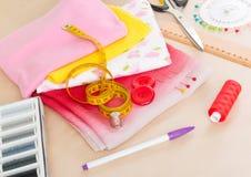 Tissus colorés et accessoires de couture Photographie stock
