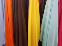tissus dans différentes couleurs montrées dans une boutique Images stock