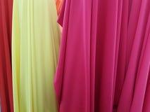 tissus dans différentes couleurs montrées dans une boutique Image libre de droits