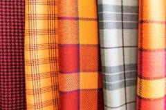 Tissus de laine dans une cage sur le support textiles images stock