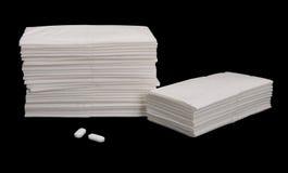 Tissus de papier et aspirines - d'isolement sur le noir Photos libres de droits