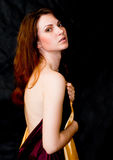 Tissus de satin de fixation de femme avec l'épaule nue Photos libres de droits