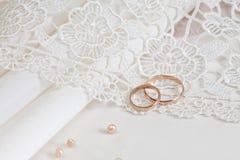 Tissus et boucles de mariage Image stock