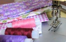 Tissus lumineux, bobines colorées de fil Images libres de droits