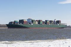 TITAN de navire porte-conteneurs sur l'Elbe Image libre de droits