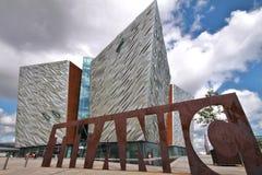 Titanic museum och molnig sky, Belfast royaltyfria bilder