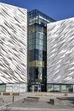 Titanische Belfast-Seitenperspektive von mit Ziegeln gedeckten und Glaswänden stockfoto