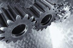 Titaniumtandraderen tegen geborsteld aluminium Royalty-vrije Stock Afbeeldingen