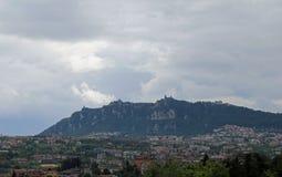 Titano de Monte e italiano Apennines com o estado de São Marino fotografia de stock