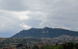 Titano Monte και ιταλικά Apennines με το κράτος του Άγιου Μαρίνου Στοκ Φωτογραφία