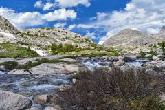 Titcomb盆地的上部和更低的Jean湖沿风河范围,落矶山,怀俄明,从挑运的远足的看法 免版税库存照片