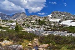 Titcomb盆地的上部和更低的Jean湖沿风河范围,落矶山,怀俄明,从挑运的远足的看法 免版税图库摄影
