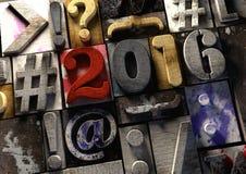 titel 2016 i tappningträsnitttext och hashtag Fira det nya året med denna retro typografi för den grafiska designen för träklosse Stock Illustrationer