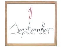 Titel & x22; 1 September & x22; wordt geschreven in rode en zwarte teller op een school, witte raad Royalty-vrije Stock Fotografie